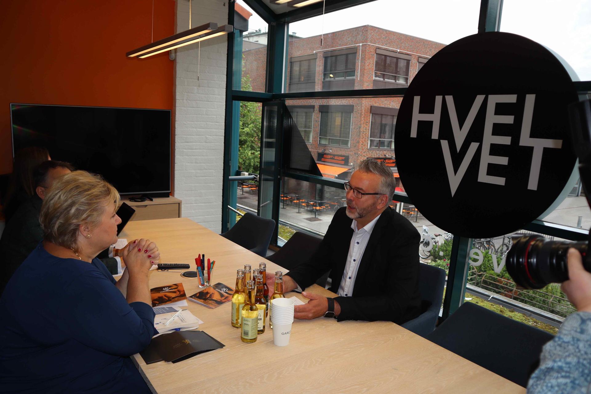 Statsminister Erna Solberg får gode råd av Bjørn Skovli i Oppover om hvordan bedrifter kan jobbe smartere